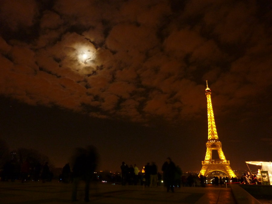 eiffel_tower_feat_the_moon_by_andrearc1 (1)